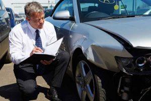 Аварийный комиссар оформляет ДТП